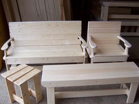 Банная мебель из древесины не только красива, но и функциональна.