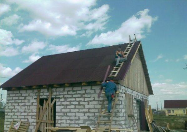 Баню можно покрыть ондулином