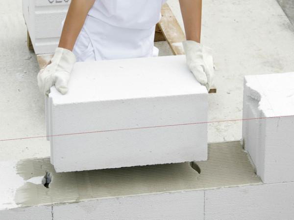 Блоки имеют сравнительно небольшой вес при значительном объеме за счет низкой плотности.