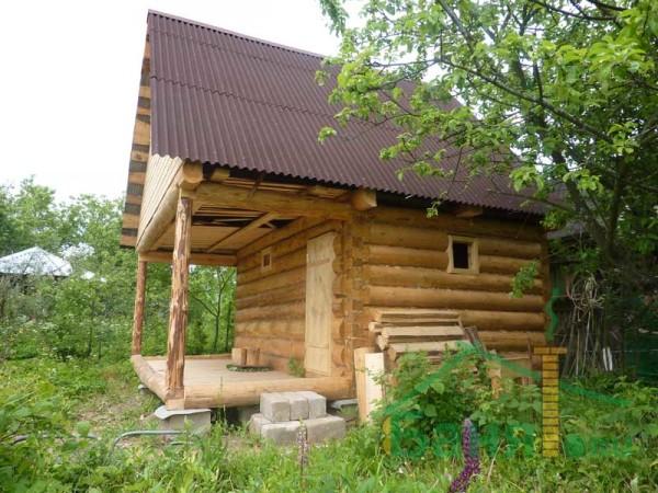 Бревенчатая баня наиболее соответствует русским традициям.