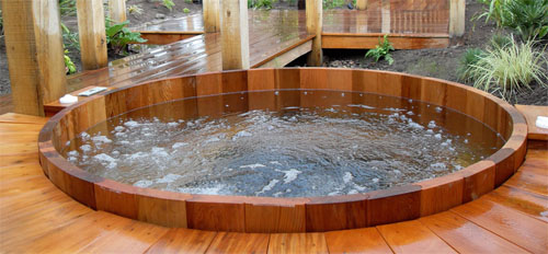 Данный материал так хорошо переносит повышенную влажность, что его можно использовать даже для отделки бассейнов и купелей