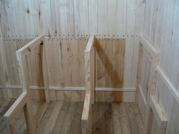 Демонстрируется устройство деревянного остова для полок.