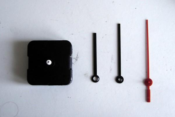 Дешевый механизм от китайских часов со стрелками.