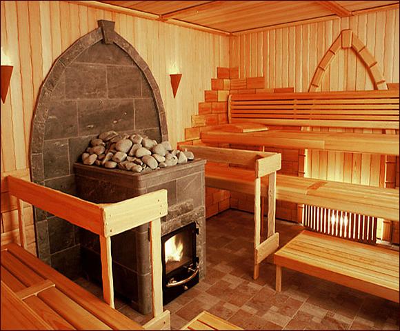Дизайн печи, которая красиво сочетается с плиточным полом и деревянной отделкой стен.
