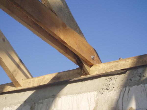 Для крепления стропильной системы верхний ряд блоков завершает бетонный мауэрлат.