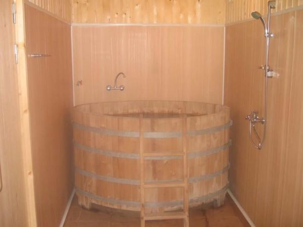 Душ, установленный в бане рядом с купелью.