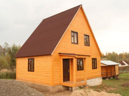 Двускатная крыша позволяет задуматься о мансарде, пространство которой можно рационально использовать.