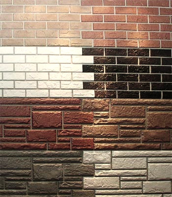 Эффектный и экстравагантный вид строению придадут пластиковые панели, например с имитацией кирпича или декоративного камня.
