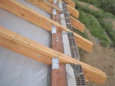 Еще одни вариант крепления балок к стенам под углом