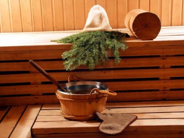 Фото хвойного веника, который полезно применять в бане при хроническом бронхите.