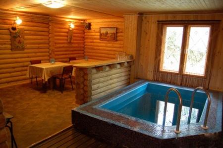 Фото небольшого номера с компактным бассейном и комнатой для отдыха.