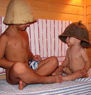 Фото радостных детей в бане.