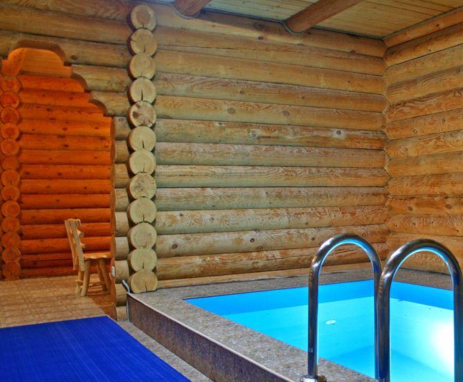 Фото стационарного бассейна для деревянной бани.