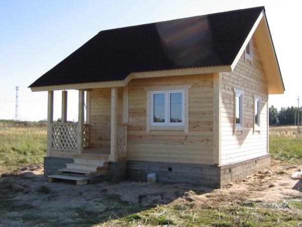 Готовая конструкция из бруса с простой крышей