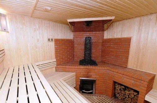 Хорошая кирпичная печь в парилке может прогреть все помещения в бане.