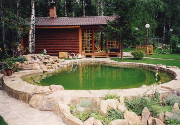 Идеальное расположение и постройки, и искусственного водоема