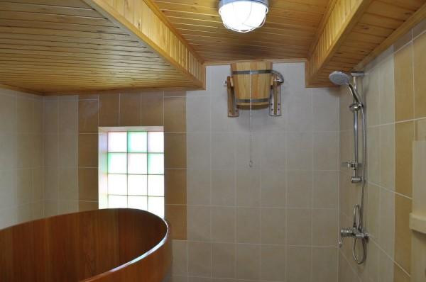 Кадушка с автоматическим наполнением и полноценный душ.