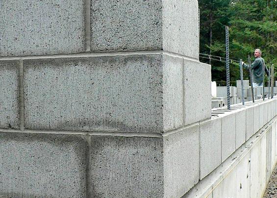 Как видно на фото, несущие стены дополнительно армируют для большей прочности и надежности.