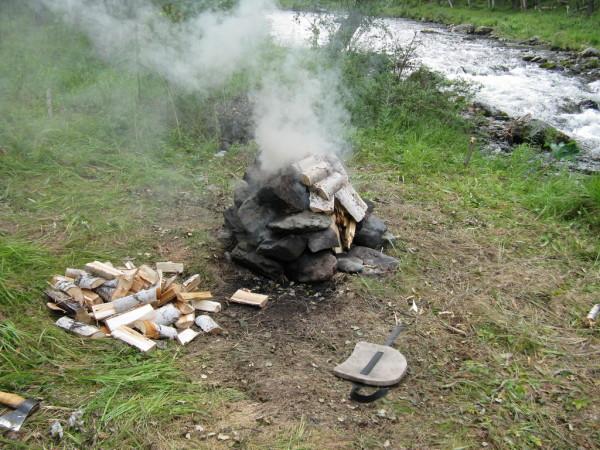Камни надо прогреть хорошим огнем.