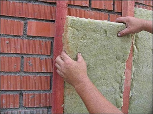 Кирпичная баня требует дополнительной обшивки стен.