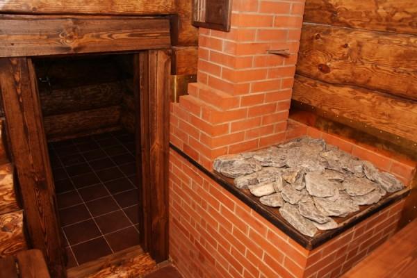 Кирпичная печь-каменка – один из примеров традиционной конструкции.