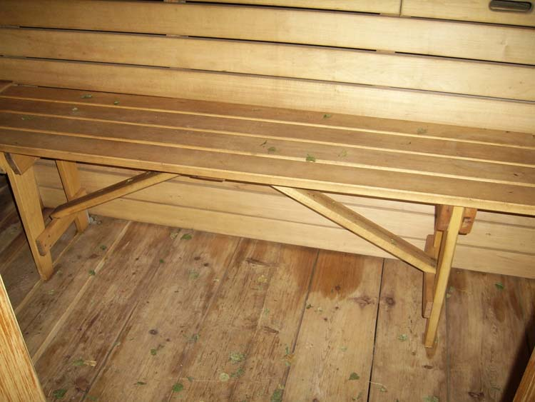 Классическая скамья без спинки состоит из сидения, 4 ножек, а раскосы и перекладины обеспечат ей устойчивость.