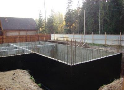 Конструкцию покрывают гидроизоляцией.