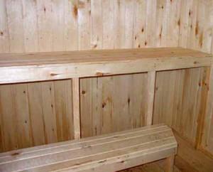Лавка в баню при высоком одноярусном пологе вообще будет необходима, обратите только внимание на качество выбираемой древесины – на фото мастера этим пренебрегли
