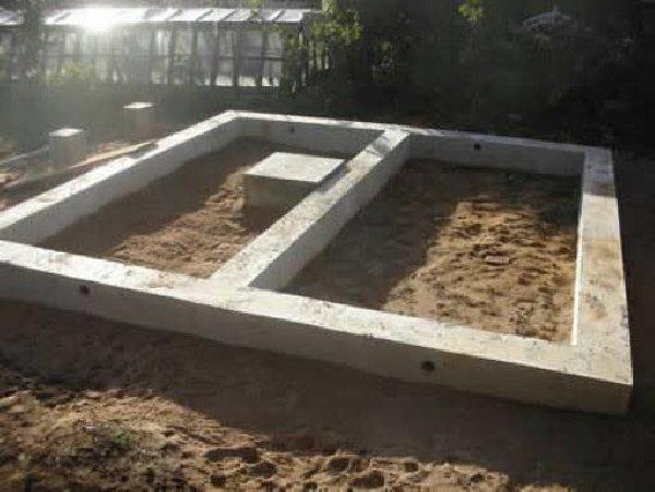 Ленточное основание для банной постройки.