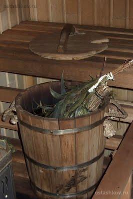 Любительское фото деревянной бочки со специальной крышкой для запаривания веников в бане