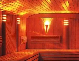 Любительское фото использования нескольких осветительных приборов в отделении парилки