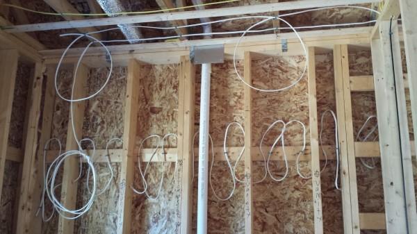 Любительское фото, показывающее, что лучше всего проводку скрывать под обшивкой стен