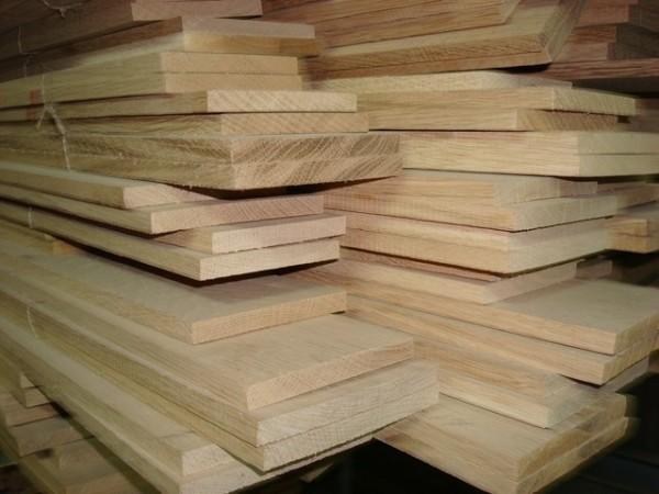 Мебельная древесина (на фото) должна обладать целым рядом технических характеристик.