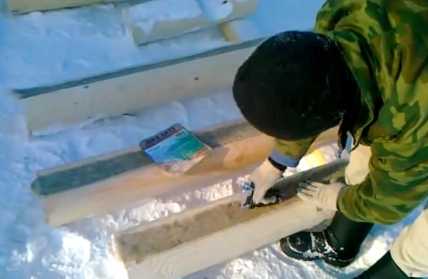 Межвенцовая лента предварительно фиксируется степлером