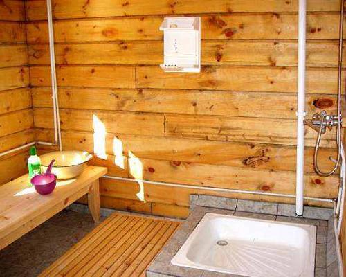 Моечное отделение с душем на четырех посетителей.