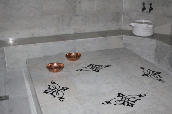 Мрамор традиционен для турецкой бани.