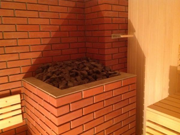 На фото - банная печь, обложенная кирпичом