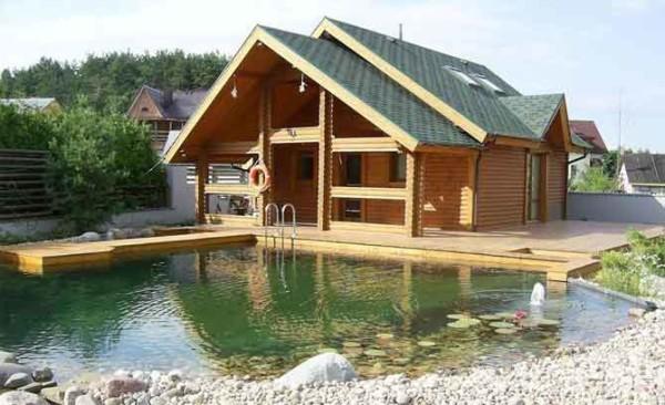 На фото - баня рядом с искусственным водоемом