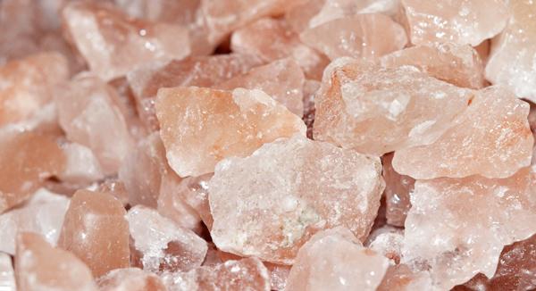 На фото - кусковая гималайская соль