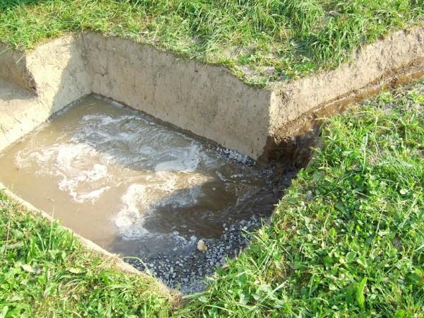 На фото - выгребная яма для слива грязных стоков