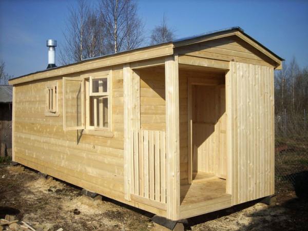 На фото – миниатюрная постройка, включающая парную и моечную комнаты.