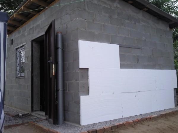 На фото – установка пенопласта на стены