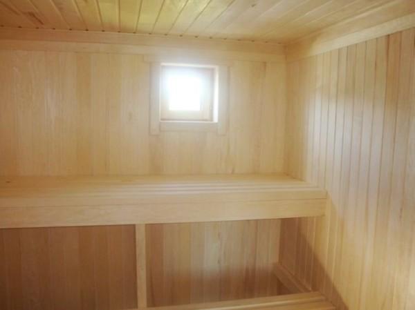 На фото – внутренняя отделка бани вагонкой из осины
