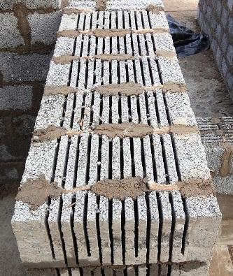 На фото хорошо видна лента, заполняющая пустоты вертикальных швов.