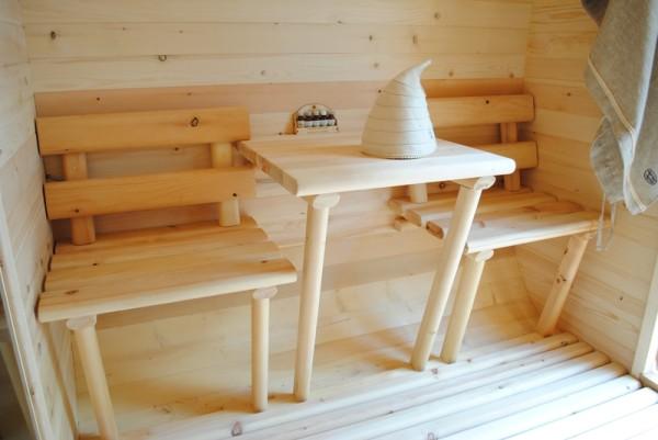 На фото изображен маленький предбанник с решетчатым деревянным полом.