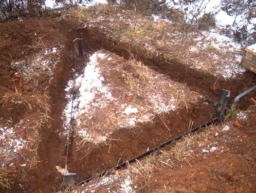 На фото мы видим несколько другую реализацию заземления. В грунт уложена стальная полоса. Ее минимальная длина - 1,2 метра.