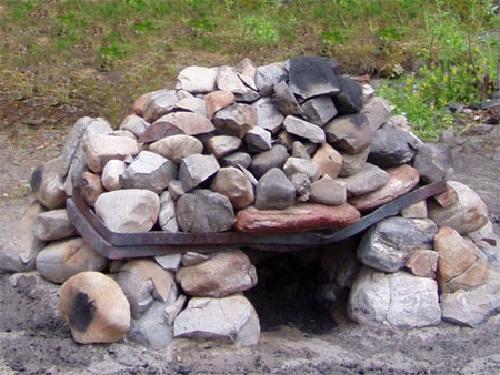 На фото походная печь-каменка