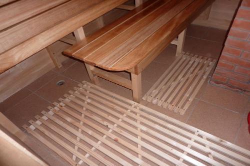На фото показана деревянная обрешетка на полу из керамической плитки