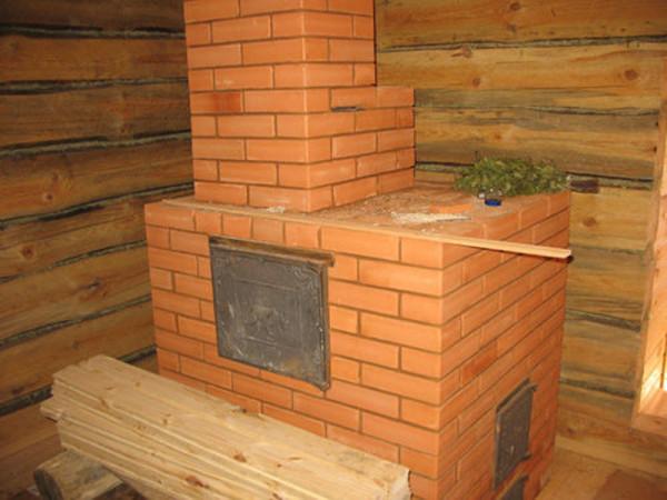 На фото представлена кирпичная печь для бани.