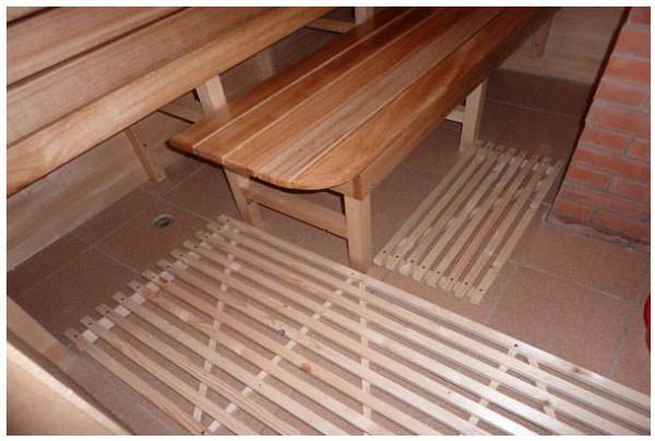 На кафельный пол обязательно укладываем деревянный решётчатый настил